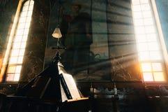 Solljus på det kyrkliga altaret Arkivfoto