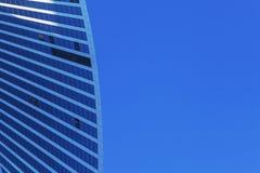 Solljus på skyskrapa Glass torn som är tekniskt avancerat Fotografering för Bildbyråer