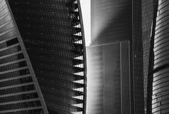 Solljus på skyskrapa Glass torn som är tekniskt avancerat Arkivbild