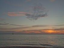 Solljus på stranden Arkivfoto