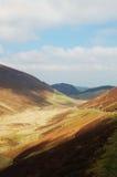 Solljus på en walesisk bergdal Royaltyfri Bild