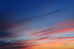Solljus reflekterade i de många molnen i aftonhimlen Royaltyfri Fotografi