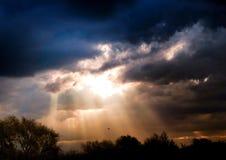 Solljus som brister till och med molnen Fotografering för Bildbyråer