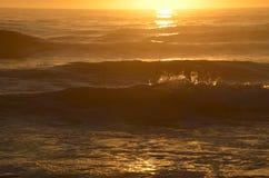 Solljus som bryter på vågorna fotografering för bildbyråer