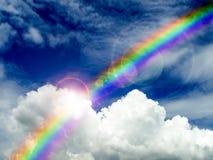 solljus som skiner på molnet, och regnbågen efter regn faller royaltyfria bilder