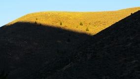 Solljus som skiner på videoen för bergsidoTid schackningsperiod arkivfilmer