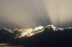 Solljus som skiner till och med molnen Arkivfoto