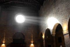 Solljus som skriver in från den forntida Christian Church rosa vinden Arkivfoto