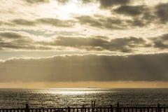 Solljus som strålar till och med moln Arkivfoto
