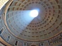 Solljus som strömmar in i panteon i Rome arkivfoton