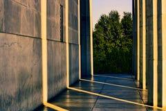 Solljus som strömmar till och med cementkolonner Royaltyfri Fotografi