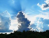 Solljus som strömmar till och med ett moln fotografering för bildbyråer