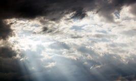 Solljus till och med clound på himlen Arkivfoton