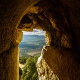 Solljus till och med det forntida slottfönstret, den norr Galilee dalen och bergsikten, Israel Arkivfoton