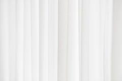 Solljus till och med en vit gardin arkivbilder