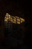 Solljus till och med fängelsehålastängerna på den Kalemegdan fästningen, Belgrade Royaltyfri Fotografi