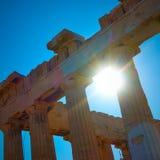 Solljus till och med forntida kolonner Royaltyfri Foto