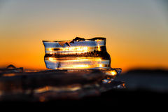 Solljus till och med isen. Arkivbild