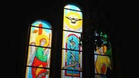 Solljus till och med kyrkligt Fläck-exponeringsglas fönster stock video