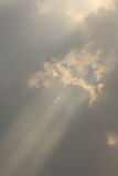 Solljus till och med molnet Royaltyfria Bilder