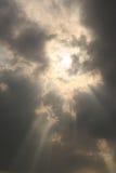 Solljus till och med molnet Fotografering för Bildbyråer