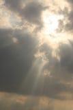 Solljus till och med molnet Royaltyfria Foton