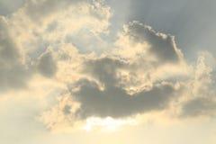 Solljus till och med molnet Arkivfoton