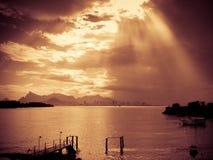 Solljus till och med oklarheter arkivfoto