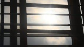 Solljus till och med rullgardiner arkivfilmer