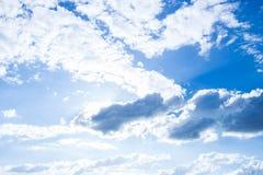 Solljushimmel och moln Arkivbilder