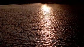 Solljusreflexionen i vatten i solnedgången, havet vinkar med solen som ner ställer in lager videofilmer