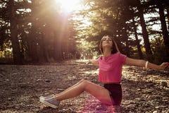 Solljusstående av den unga härliga och eleganta stilfulla flickan royaltyfri fotografi