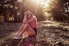 Solljusstående av den unga härliga och eleganta stilfulla flickan arkivbilder