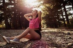 Solljusstående av den unga härliga och eleganta stilfulla flickan arkivfoto