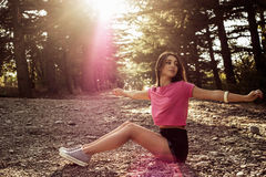Solljusstående av den unga härliga och eleganta stilfulla flickan royaltyfri foto