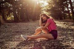 Solljusstående av den unga härliga och eleganta stilfulla flickan royaltyfria foton