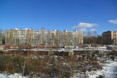 Solnechnogorsk,俄罗斯- 2月27 2016年 高层建筑物和金属车库在城市郊外  库存照片
