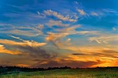 Solnedgång över ängarna Arkivfoton