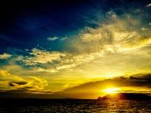 Solnedgång över ön arkivbilder