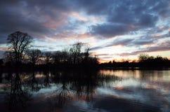 Solnedgång över översvämmad Themsen Arkivfoton