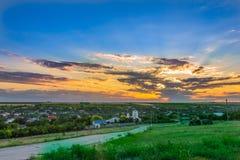 Solnedgång över by Royaltyfri Fotografi