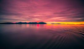 Solnedgång över alaska fjordar på en kryssningtur nära ketchikan Royaltyfri Bild