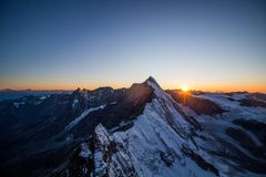 Solnedgång över alpsna royaltyfri foto