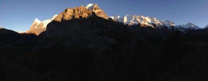 Solnedgång över alpsna Arkivbilder