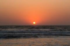 Solnedgång över Arabian Sea, indiskt hav, på den Arambol stranden, Goa, in Arkivfoton