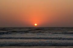 Solnedgång över Arabian Sea, indiskt hav, på den Arambol stranden, Goa, in Fotografering för Bildbyråer