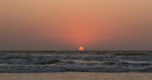 Solnedgång över Arabian Sea, indiskt hav, på den Arambol stranden, Goa, in Arkivbilder