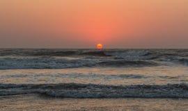 Solnedgång över Arabian Sea, indiskt hav, på den Arambol stranden, Goa, in Royaltyfri Foto