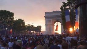 Solnedgång över Arc de Triomphe i Paris efter segern av Frankrike på den 2018 världscupen lager videofilmer