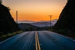Solnedgång över avlägsna berg och Escondido Canyon Road, i Agua Royaltyfria Bilder